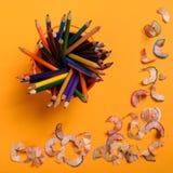 Bleistiftschnitzel auf dem gelben Hintergrund Stockbild