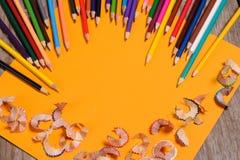 Bleistiftschnitzel auf dem gelben Hintergrund Lizenzfreies Stockbild