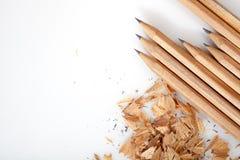 Bleistiftschnitzel auf weißem Hintergrund Stockfotos