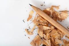 Bleistiftschnitzel auf weißem Hintergrund Lizenzfreie Stockfotos