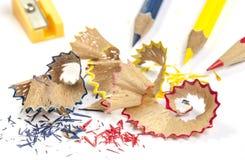 Bleistiftschnitzel und Farbbleistifte Stockbilder