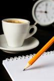Bleistiftschreiben auf Weißbuchnahaufnahme Lizenzfreies Stockbild