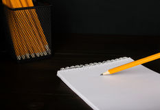 Bleistiftschreiben auf Weißbuchnahaufnahme Stockfotografie