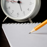 Bleistiftschreiben auf Weißbuchnahaufnahme Stockfoto