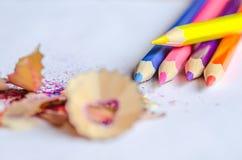Bleistiftspitzende Schnitzel auf weißem Hintergrund Lizenzfreie Stockbilder