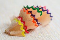 Bleistiftspitzende Schnitzel auf weißem Hintergrund Stockfotos