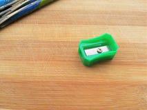 Bleistiftspitzer auf hölzernem Hintergrund Lizenzfreies Stockbild