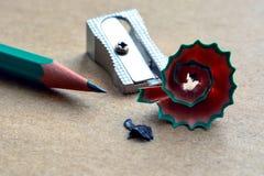 Bleistiftspitzer auf Kraftpapier Lizenzfreie Stockbilder