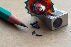 Bleistiftspitzer auf Kraftpapier Stockfotografie