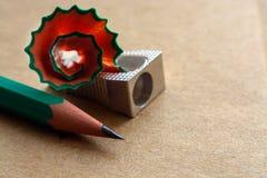 Bleistiftspitzer auf Kraftpapier Stockbilder