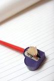 Bleistiftspitzer auf Papier Lizenzfreie Stockbilder