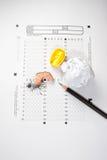 Bleistiftspitzer auf Prüfungspapier Stockfoto