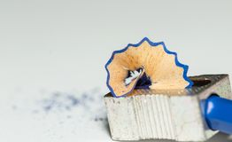 Bleistiftspitzer, blauer hölzerner Bleistift und Bleistift-Schnitzel 2 Lizenzfreie Stockfotografie