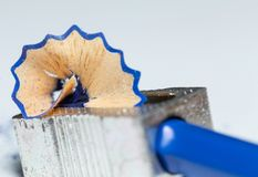 Bleistiftspitzer, blauer hölzerner Bleistift und Bleistift-Schnitzel 4 Lizenzfreies Stockfoto