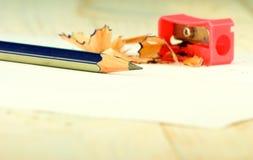 Bleistiftspitzer, Bleistift und Schnitzel Lizenzfreie Stockfotos