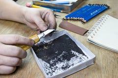Bleistiftspitzer durch Schneidermesser Lizenzfreie Stockbilder