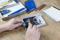 Bleistiftspitzer durch Schneidermesser Lizenzfreies Stockfoto