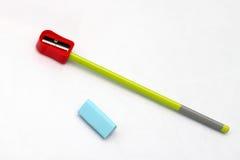 Bleistiftspitzer, ein Radiergummi und Bleistift Stockfoto