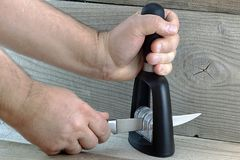 Bleistiftspitzer für Küchenmesser Stockbild