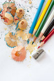 Bleistiftspitzer, farbige hölzerne Bleistifte Stockfoto