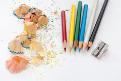Bleistiftspitzer, farbige hölzerne Bleistifte Lizenzfreies Stockbild