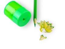 Bleistiftspitzer, hölzerner Bleistift des Grüns und Bleistiftschnitzel Lizenzfreie Stockbilder