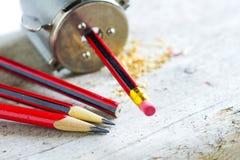 Bleistiftspitzer mit Bleistiften und Schnitzeln Lizenzfreies Stockbild