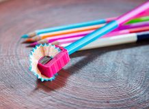 Bleistiftspitzer mit farbigem Bleistift Lizenzfreie Stockfotos