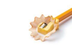 Bleistiftspitzer mit gelbem Bleistift Lizenzfreies Stockbild