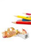 Bleistiftspitzer mit Schnitzeln Stockbild
