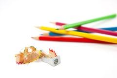 Bleistiftspitzer mit Schnitzeln Lizenzfreie Stockfotos