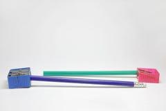 Bleistiftspitzer mit zwei Bleistiften von denen einer Lizenzfreie Stockbilder