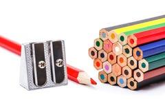 Bleistiftspitzer nahe bei bunten Zeichenstiften Stockfoto
