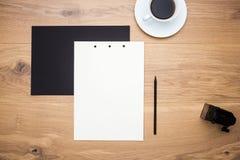 Bleistiftspitzer, Papier und Kaffee Lizenzfreies Stockfoto