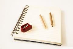 Bleistiftspitzer und Bleistift auf Buchweinleseart Stockfoto