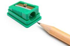Bleistiftspitzer und Bleistift auf einem weißen Hintergrund. Stockfotos