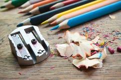 Bleistiftspitzer und Bleistift, die auf hölzernem Schreibtisch rasieren Stockfotos