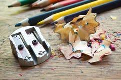 Bleistiftspitzer und Bleistift, die auf hölzernem Schreibtischhintergrund rasieren Stockfotos