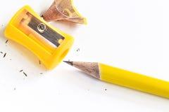 Bleistiftspitzer und Bleistift lokalisiert auf Weißbuchhintergrund Stockbilder