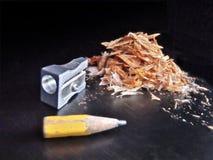 Bleistiftspitzer und Bleistift mit Bleistiftschnitzeln Stockfotos