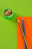 Bleistiftspitzer und Bleistifte Stockbild