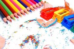 Bleistiftspitzer und Bleistifte auf einem weißen Hintergrund. Lizenzfreies Stockbild