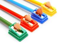 Bleistiftspitzer und Bleistifte auf einem weißen Hintergrund. Stockbilder