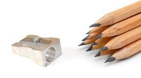 Bleistiftspitzer und Bleistifte auf einem weißen Hintergrund. Lizenzfreie Stockfotografie