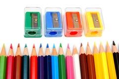 Bleistiftspitzer und Bleistifte auf einem weißen Hintergrund. Stockfotos