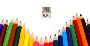 Bleistiftspitzer und Bleistifte auf einem weißen Hintergrund. Stockfoto