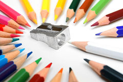 Bleistiftspitzer und Bleistifte auf einem weißen Hintergrund. Stockfotografie