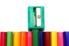 Bleistiftspitzer und Bleistifte auf einem weißen Hintergrund. Lizenzfreies Stockfoto