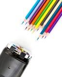 Bleistiftspitzer und bunter Bleistift lokalisiert auf weißem Hintergrund Stockfoto