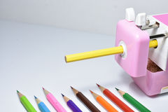 Bleistiftspitzer und Farbbleistift flacher DOF Lizenzfreie Stockbilder